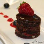 Tortino morbido di cioccolato e mandorle con fragole caramellate