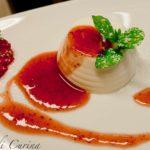 Panna cotta con salsa di fragole caramellate